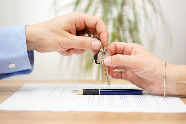 handing-over-keys-to-short-term-renters